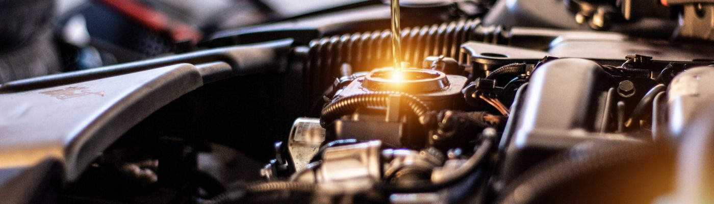 Mechaniker füllt das Motoröl in den Motor